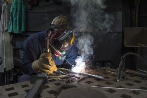 Das richtige Material der Schutzkleidung ist wichtig, um die Sicherheit vor Verbrennungen, Strahlen und Funkenspritzer zu gewährleisten. (Foto: skeeze / pixabay.com)