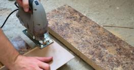 Kunststoffplatte sägen mit einer Stichsäge